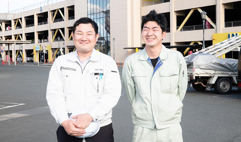明管工業株式会社営業部の中村とスタッフが二人並んで笑顔で写っている写真